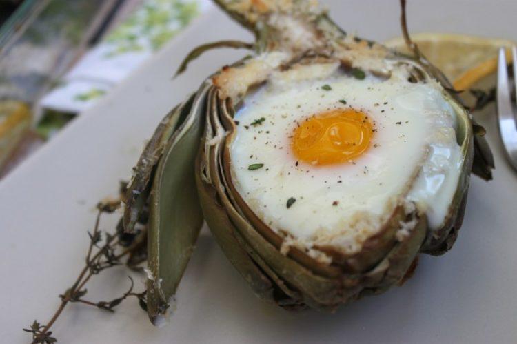 alcachofa con huevo de codorniz