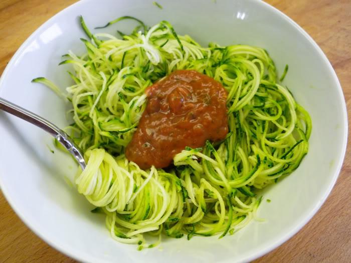 Con espaguetis de bolonesa calabacin
