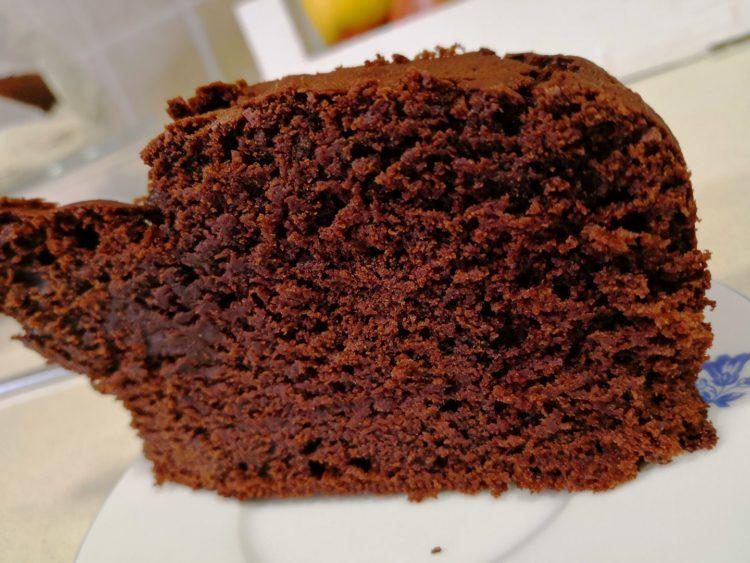 Bizcocho de chocolate alto y jugoso